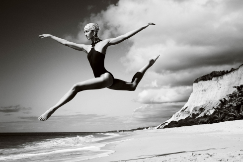 women black and white bikini sand ballet dancing karlie kloss jump beaches_www.paperhi.com_85